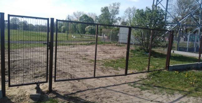 Kompleks boisk przy SP w Głuchowie zyskał nowe ogrodzenie