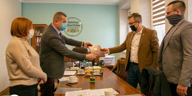 Jan Słodki i Andrzej Szewczyk - Przekazują umowę